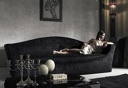 Черный диван в интерьере – изыскано и стильно