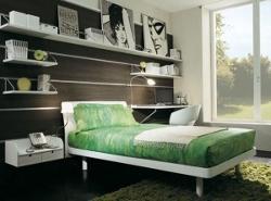 Идеи для украшения комнаты возле кровати в спальне. Полки для практичных целей.